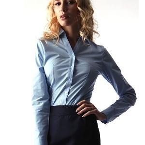 デコルテが女性らしい印象になるシャツ1.JPG
